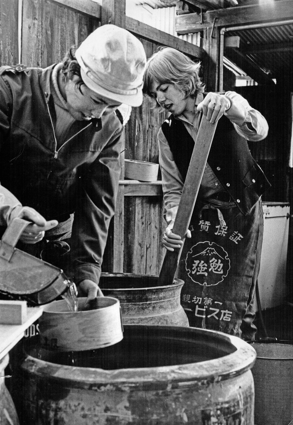 1971 preparing clay, Karatsu